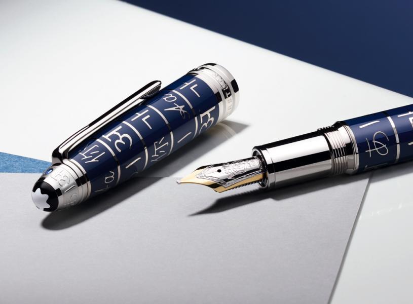 Montblanc Supports UNICEF Meisterstuck 大班系列Solitaire 藍漆款,採用活力洋溢的藍色,取代經典深邃的黑色。筆帽和筆桿上塗覆濃鬱的藍色漆面,鐫刻優雅的文字圖案,在精緻銀色線條的勾勒下,更顯耀眼。該系列的筆身寬大勻稱,採用高貴奢華的裝飾,筆帽頂部嵌有一顆1.9毫米的璀璨藍寶石,共推出三種筆款:採用雙色18K金手工筆咀的豪華尺寸墨水筆(HK$13,100),以及豪華尺寸簽字筆(HK$10,600)和中號圓珠筆(HK$8,800)。