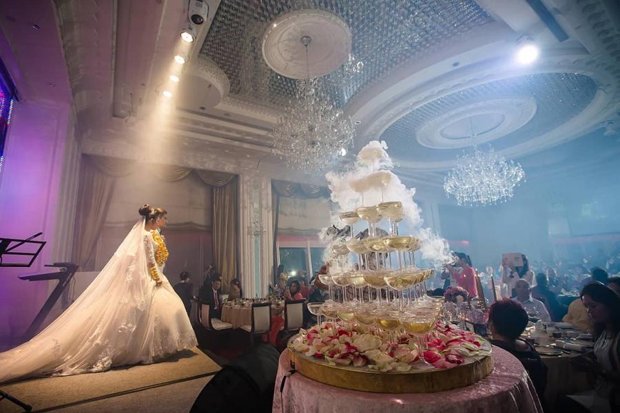 因香港婚宴市場有明顯季節規律,故收益亦呈現季節性模式。