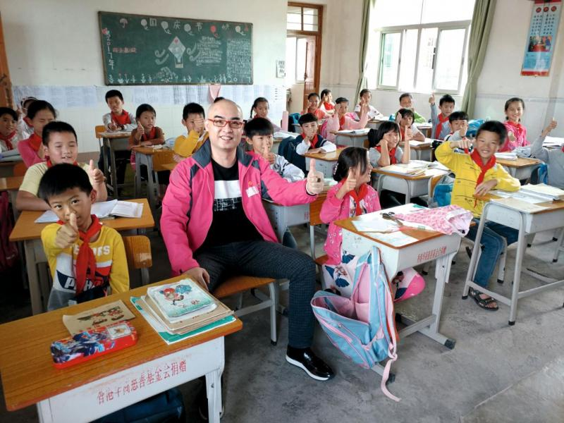 Bryan以捐助人身份探訪山區小學。