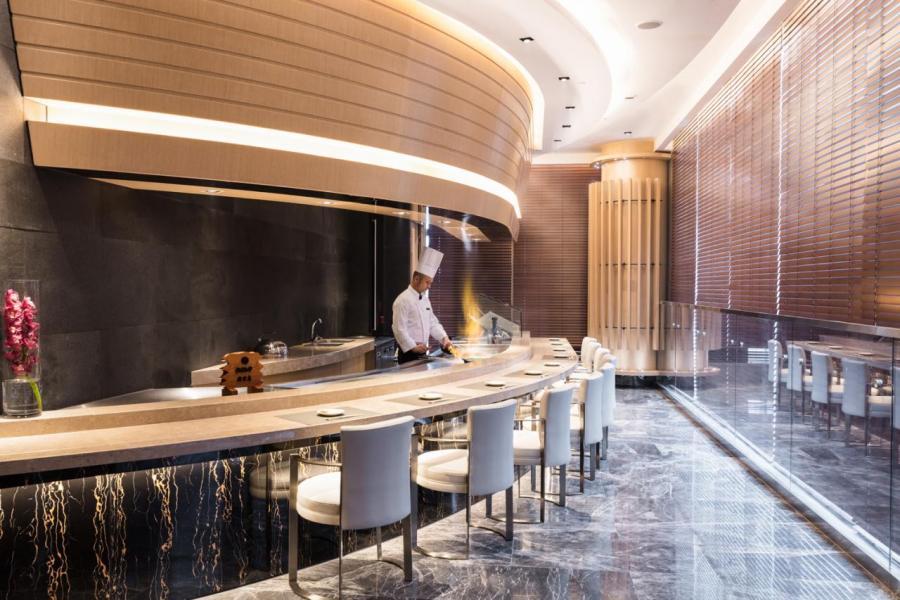 餐廳設有3間配備鐵板燒及天婦羅吧枱的貴賓房,裝潢以淺木色為主調,設計簡約。