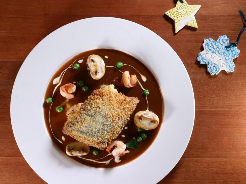 焗鱸魚柳配蝦肉龍蝦汁。