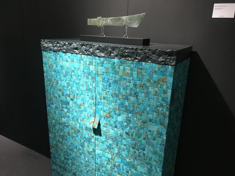 專精於當代設計的88 Gallery帶來了其中一樣展品之一(衣櫃),由88 Gallery 的Adrain Choi擔綱設計,設計靈感源自中國的二里頭文化,在衣櫃上放置刀狀的玉古董,搭檔十分匹配。