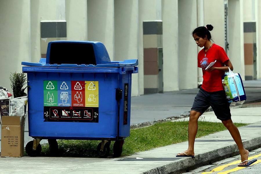 新加坡推行「國家回收計畫,凡四層樓以上的住宅樓宇,必須設置雙滑槽分類系統,分為可回收和不可回收。