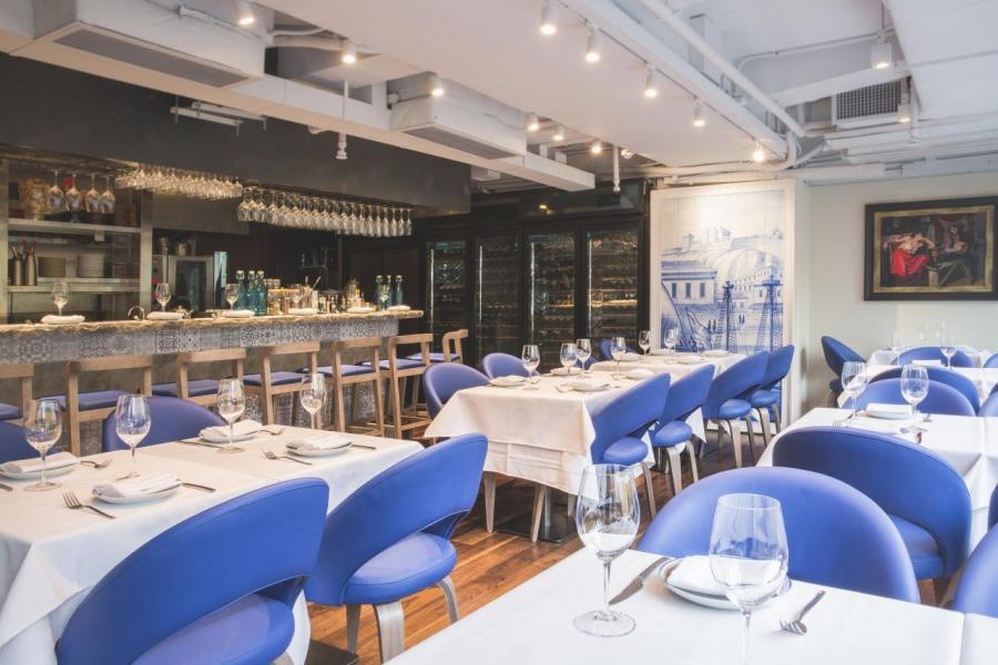 餐廳的室內裝潢以藍、白為主調,營造出舒適優雅的感覺。