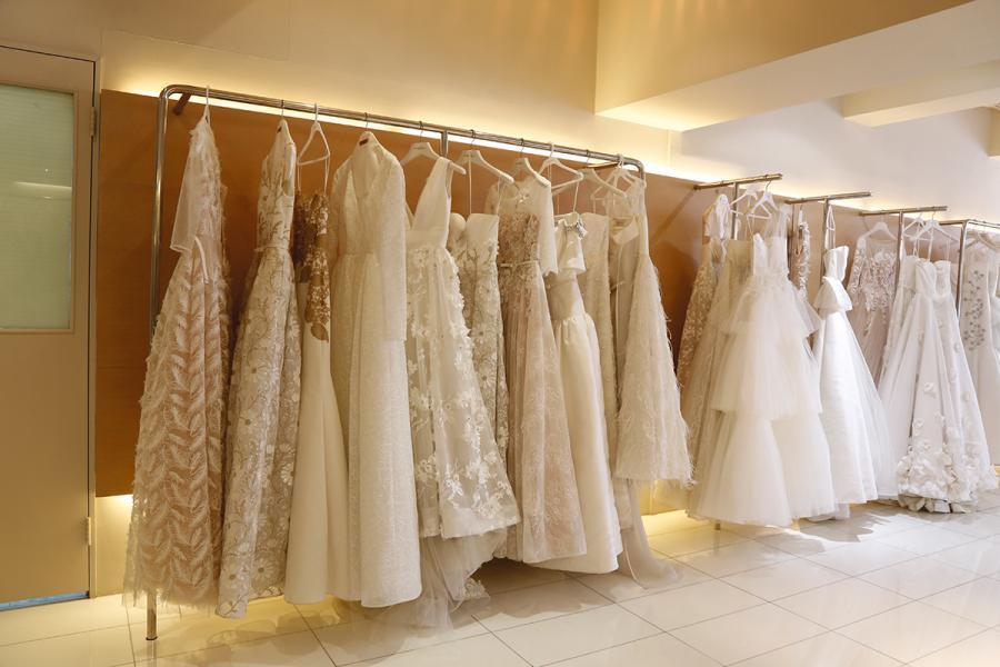 在工作室內擺滿琳瑯滿目的婚紗及晚禮服。