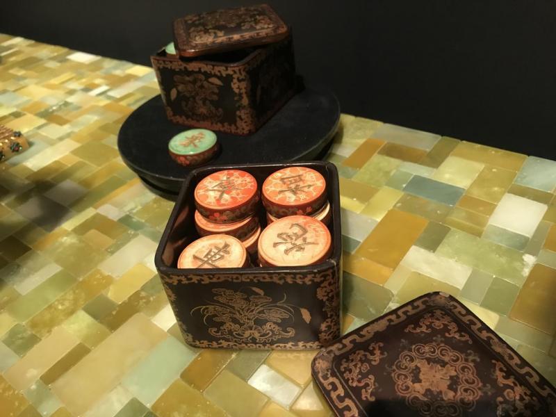 在場內的一張枱上,放有古董「棋子」,是清朝時代的宮廷玩物,價值不菲。