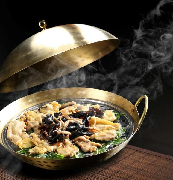 阿爺巧手桑拿雞:這道菜的特色是「一味兩食」,除可喝到鮮香濃郁的雞湯外,還可品嚐到雲耳、蟲草花蒸桑葉雞,雞肉嫩滑可口,原汁原味,並滲透著淡淡的蟲草花清香。