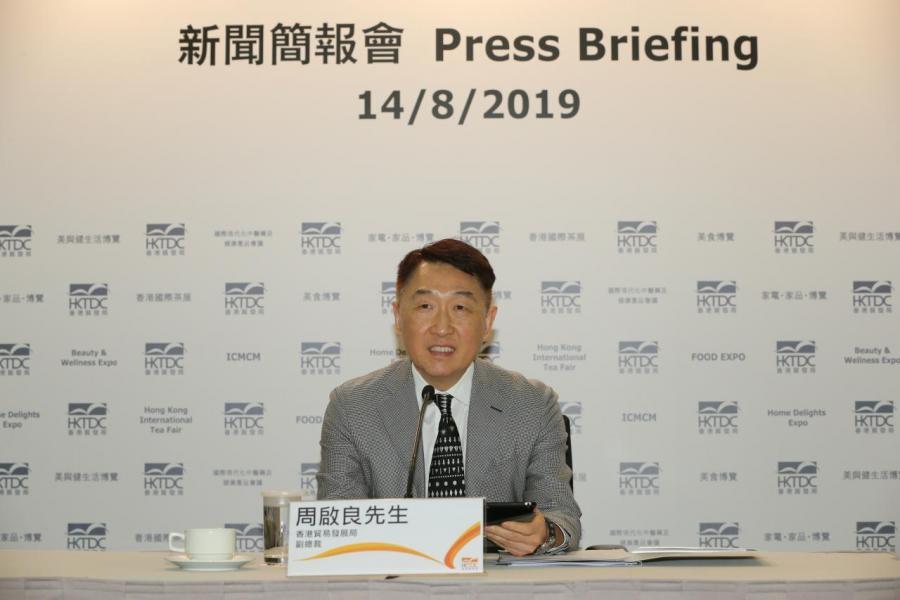 香港貿發局副總裁周啟良於新聞簡報會上介紹各項展覽及活動詳情。