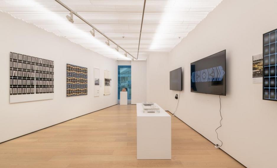 展品中橫跨不同媒介,包括:平面藝術、攝影、裝置及數碼藝術作品。