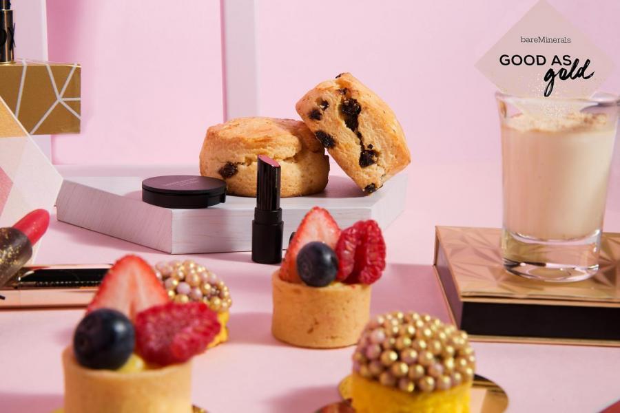 甜點亦非常吸引,包括「流金珍珠伴藍莓忌廉牛油蛋糕」、「紅莓馬卡龍」、「意式奶凍」、「野莓吉士果撻」,還有以品牌唇膏造型為藍本的「3D魅力紅唇膏朱古力」,以及「英式鬆餅」配藍莓醬及奶油忌廉。