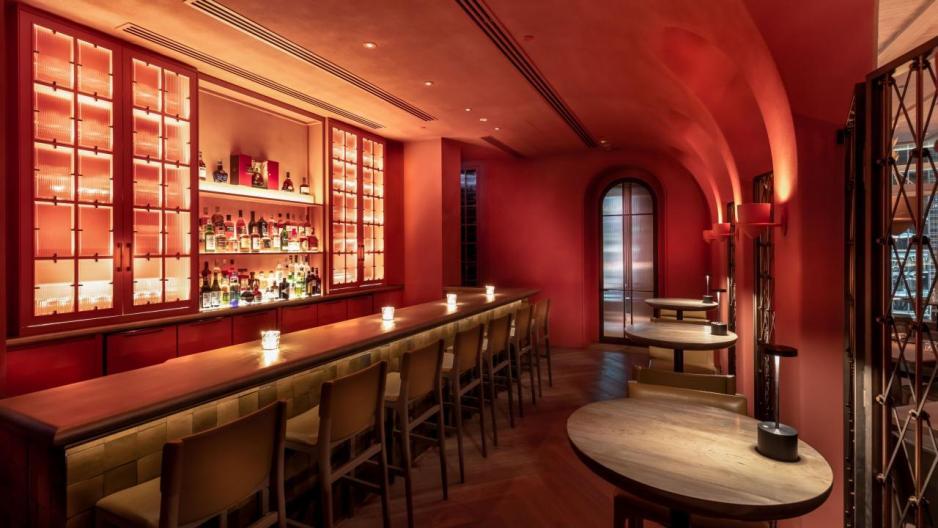 飽餐一頓後,不妨到酒吧小酌一杯。這裡的酒窖由知名酒窖設計公司Sensis度身訂造,共儲藏了1,600瓶珍品,愛好杯中物的朋友一定能覓得心頭好。