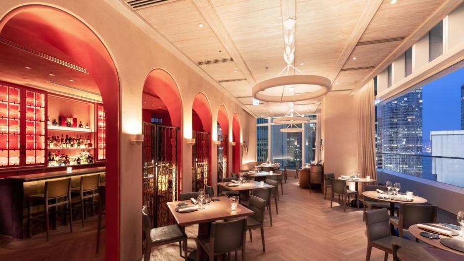 餐廳位處高層,居高臨下,再加上用餐區採用落地玻璃窗設計,讓中環一帶的繁華景色一覽無遺。