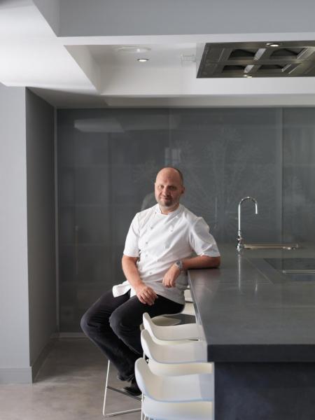 英國米芝蓮二星名廚Simon Rogan在當地擁有五間餐廳,最近更首度進軍海外,在香港開設「廚師餐桌」兼「研發廚房」Aulis。