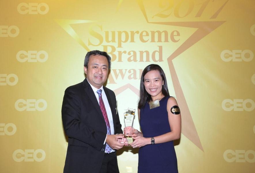 「尊貴信用卡品牌」由香港優質標誌局主席丁煒章先生(左),頒獎予美國運通國際股份有限公司香港區消費卡市務總監陳穎欣小姐(右)。