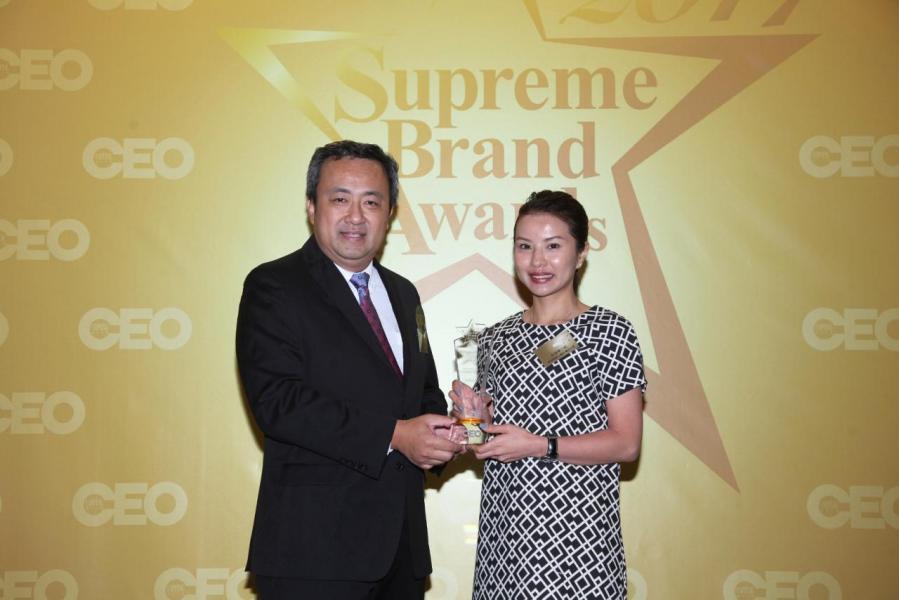 「尊貴汽車品牌」由香港優質標誌局主席丁煒章先生(左),頒獎予奧迪香港公關及傳訊主管朱頎章小姐(右)。
