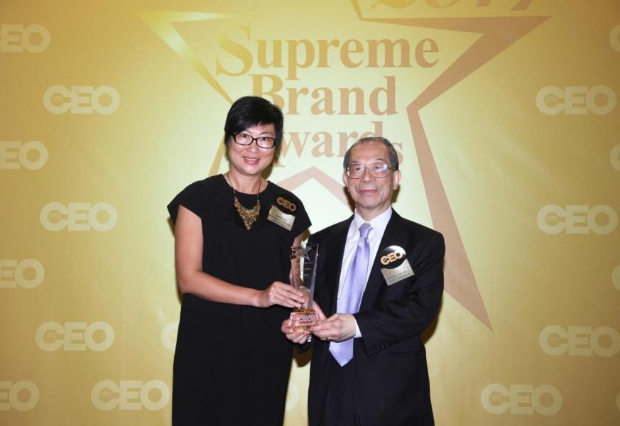 「尊貴航空公司品牌」由國際商會 - 香港區會主席李澤培先生 SBS, OBE, JP(右),頒獎予阿提哈德航空公司銷售部經理(香港及珠三角地區)余佩貞小姐(左)。