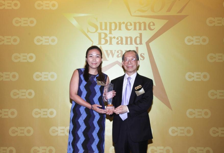 「尊貴智能家居系統品牌」由國際商會 - 香港區會主席李澤培先生 SBS, OBE, JP(右),頒獎予GIRA Hong Kong 品牌總監潘沁怡小姐(右)。