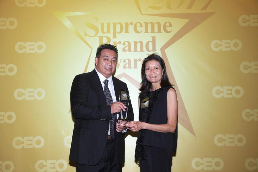 「尊貴遊艇品牌」由廣告商會執行總監伍靜薇小姐(右),頒獎予Sunseeker Asia Limited總裁許業宏先生(左)。