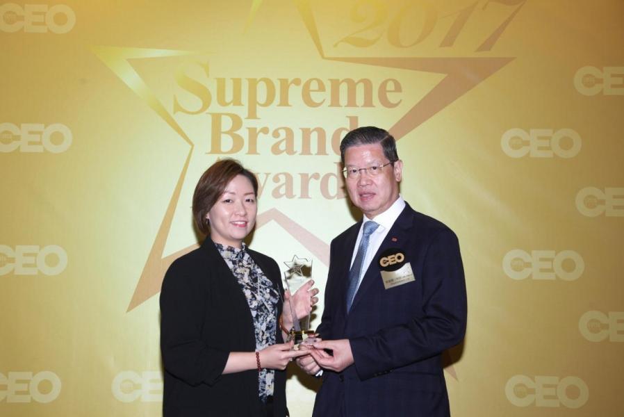 「尊貴電影院線品牌」由香港董事學會副主席梁廣灝工程師, SBS,OBE, JP(右),頒獎予 娛藝(UA)院線高級企業傳訊經理麥佩雯小姐(左)。