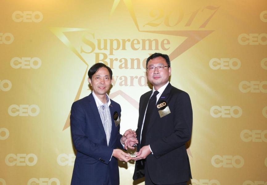 「非凡保險品牌」由香港優質顧客服務協會司庫馬志權先生(左),頒獎予安達人壽保險有限公司 首席市務總監吳松平先生(右)。