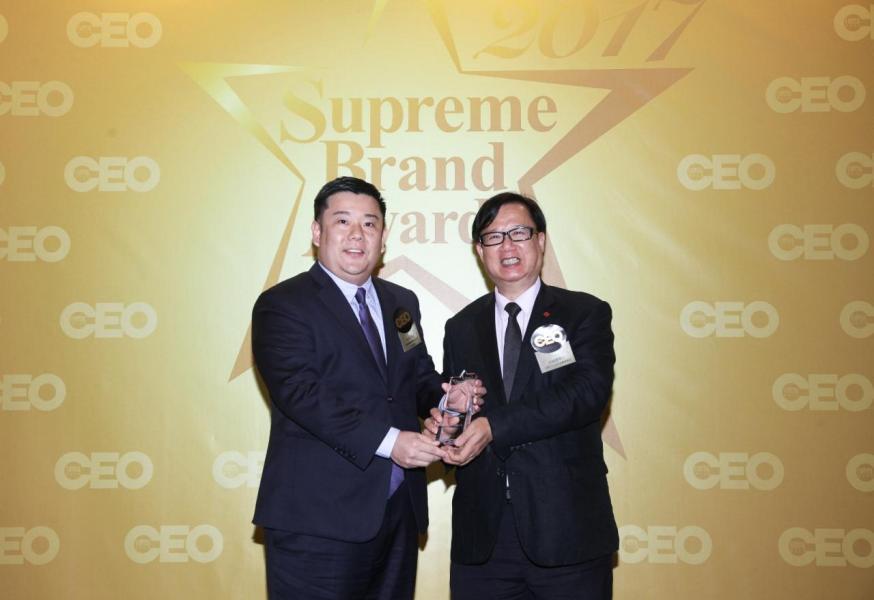 「非凡創新廣告平台品牌」由香港中小企促進聯會會長林國雄博士(右),頒獎予客敏傳媒國際有限公司項目經理卓志甘先生(左)。
