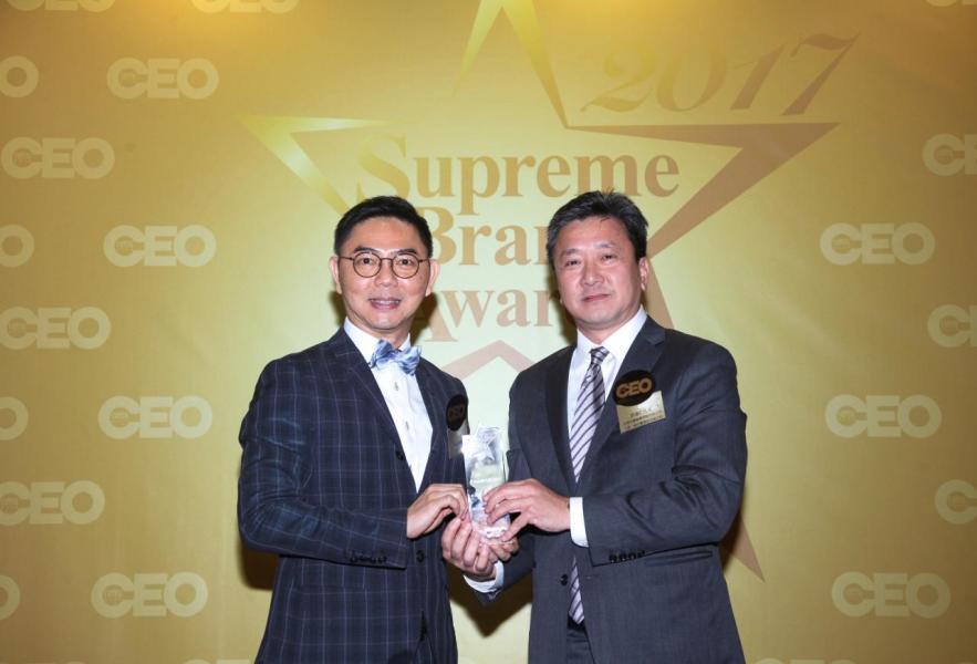 「非凡遊戲機供應商品牌」由傳承學院院長李志誠博士(左),頒獎予亞洲先鋒娛樂控股有限公司主席、執行董事及合規主任許達仁先生(右)。
