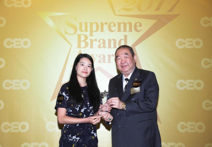 「非凡護眼中心品牌 」由九龍總商會福利事務評審委員會主席王柏源博士(右),頒獎予理大護眼市場部助理經理成嘉雯小姐(左)。