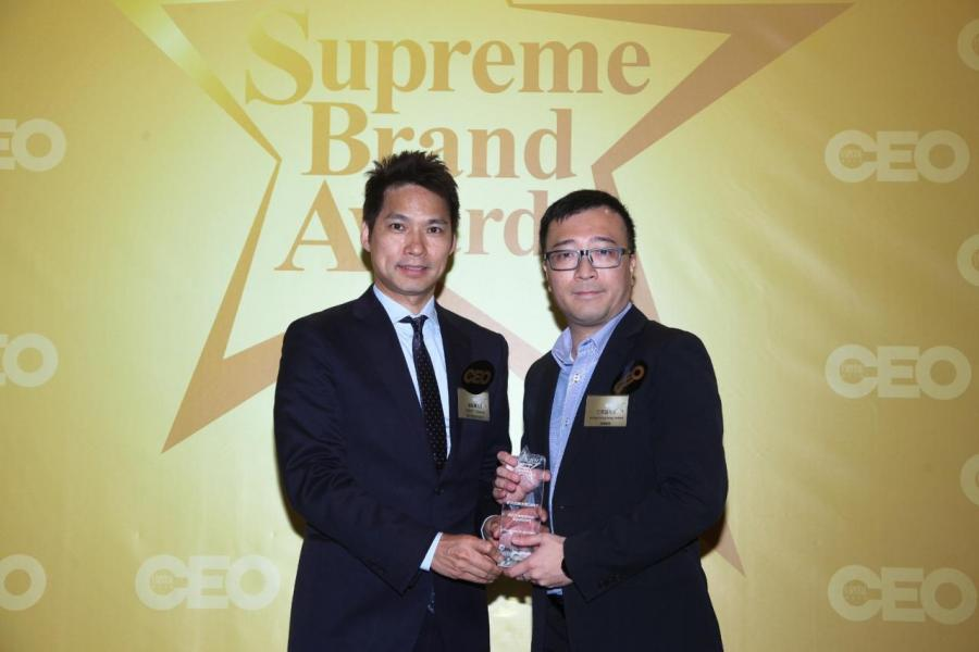 「非凡企業管理系統及服務品牌」由香港青年工業家協會執行委員會副會長廖錦興先生(左),頒獎予Tectura Hong Kong Limited副總經理江奕昌先生(右)。
