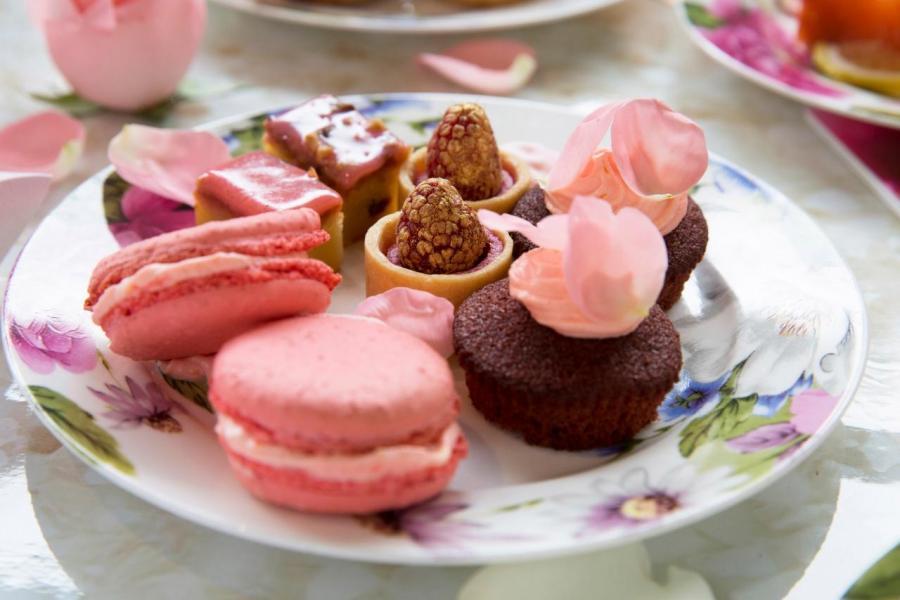 白朱古力布朗蛋糕配核桃、迷你紅桑子撻、玫瑰杯子蛋糕、玫瑰馬卡龍。