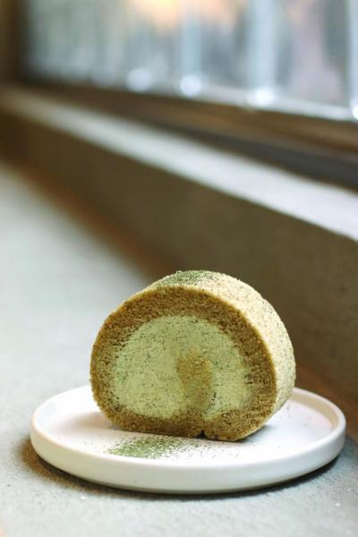 飲茶以外,亦可品嘗到品牌的自家製精緻茶味小點,圖為自家製阿里山烏龍茶蛋糕卷。