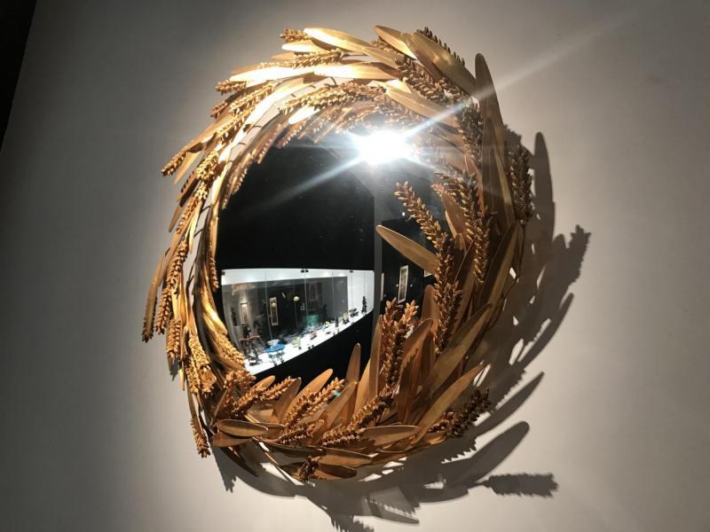 Robert Goossens其中一個為Chanel設計的家居飾品,是個以銅麥穗作緄邊包圍著的鏡子。然而,在麥穗背後,埋藏著Chanel兒時在農村長大的故事。