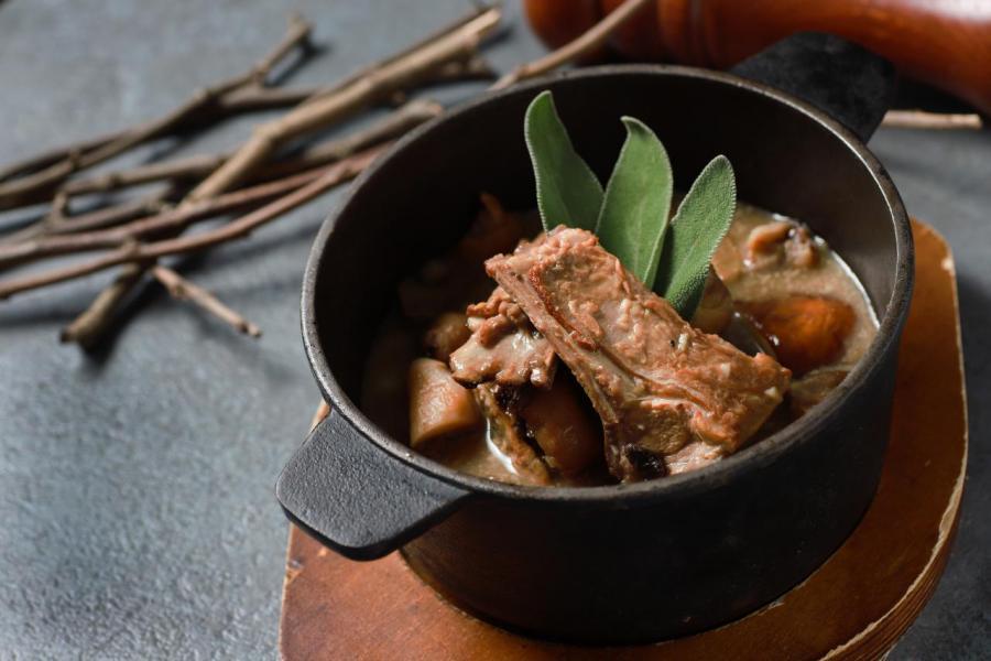 山羊肉叢林鍋:用橄欖油將洋蔥、蒜、栗子、蘑菇炒香,然後將醃過的山羊肉煎至金黃色,再放入鍋中炆煮,最後加入松露。