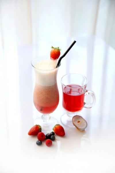 (左)「草莓蜜糖梳打」、(右)「玫瑰普洱茶配蜜糖」。