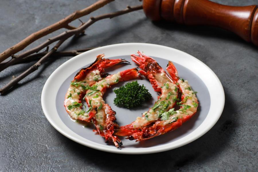 Bulhao Pato式煮葡萄牙紅蝦:紅蝦味道鮮甜,而且肉質鮮嫩,醬汁洋溢著陣陣蒜香和芫荽香氣,當中的白酒更將紅蝦的鮮味及精華完全發揮出來。
