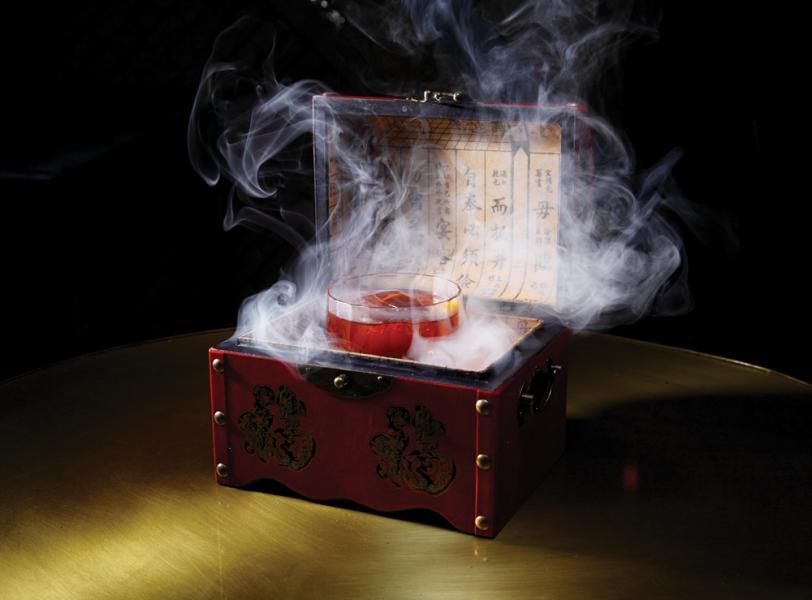 Smoking Gun - 賣相充滿神秘感的特色雞尾酒,洋溢著濃郁的紅茶香氣及煙燻氣味,並滲透出一絲絲苦澀。
