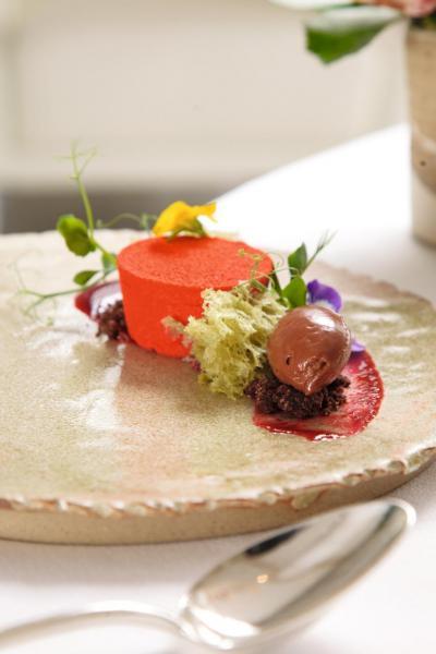 Le Jardin:賣相吸引,猶如一個小花園。清新的紅桑子慕絲蛋糕內藏滑溜的開心果慕絲,再加上開心果海綿蛋糕、朱古力雪糕,讓人吃得停不了口。