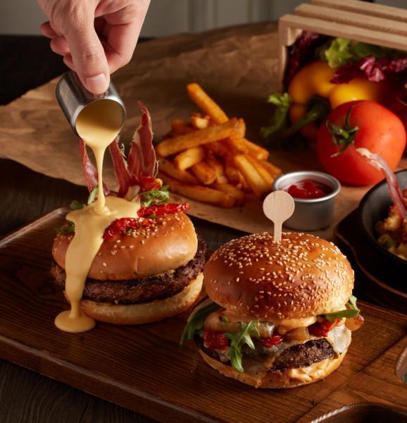 (左至右)爆漿芝心牛肉漢堡、經典煙燻芝士漢堡