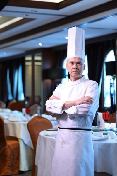兄長向忠健,自12歲起便開始精研粵菜廚藝。