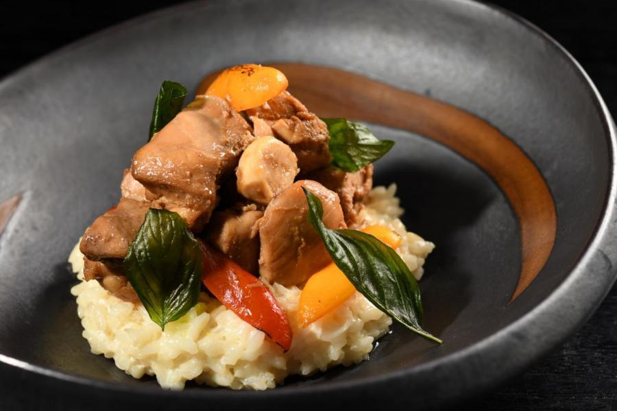 COBO HOUSE x H.H 先生「夏日夢遊記」限定午餐中的「出走的三杯雞」:將傳統台灣風味與意大利菜融合,以紅燒青蔥及熱羅勒調味,配以加入甜椒意大利飯。