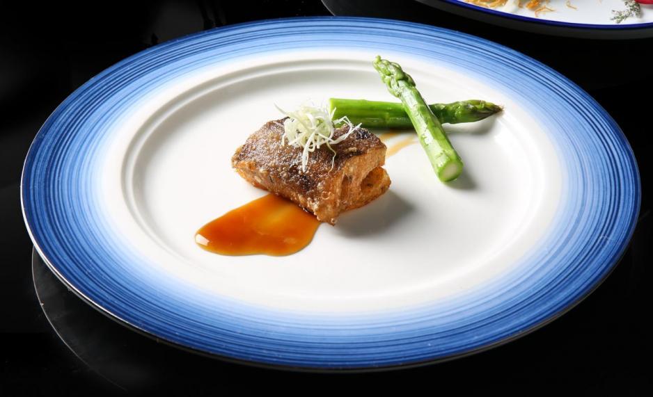 蔥燒汁脆皮婆參:選用澳洲一頭白石參,用京蔥、洋蔥、紅蔥頭、蝦米、蒜頭、鮑魚汁煨透後,塗上薄薄的脆漿,煎至兩面香脆。白石參入口外脆內軟,鮮香美味。