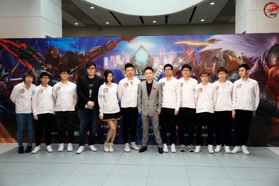 鍾培生(右六)銳意發展電競戰隊,把公司品牌推向亞洲。