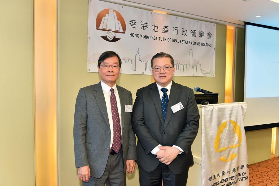 (左起)香港地產行政師學會資深會員及前任會長蘇振顯、香港地產行政師學會會長馮國雄。