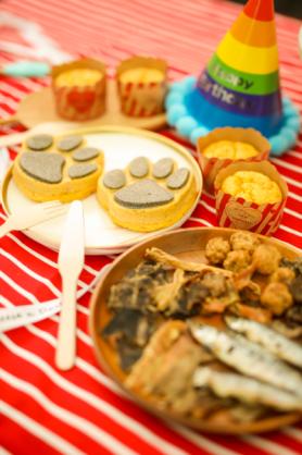 場內的專業狗狗用品暨婚展,有不同派對造型的狗狗飾物及襯衫,特別訂製派對狗食物等。