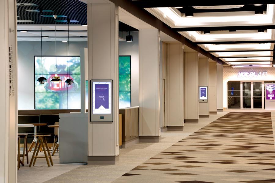 戴高樂機場去年為過境旅客特設的instant Paris專區,提供VIP服務,專人負責行李管送。