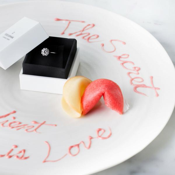 情侶們可以寫下內心的綿綿情話,交由甜品師即時焗製Love fortune cookie,然後互相交換悄悄情話。