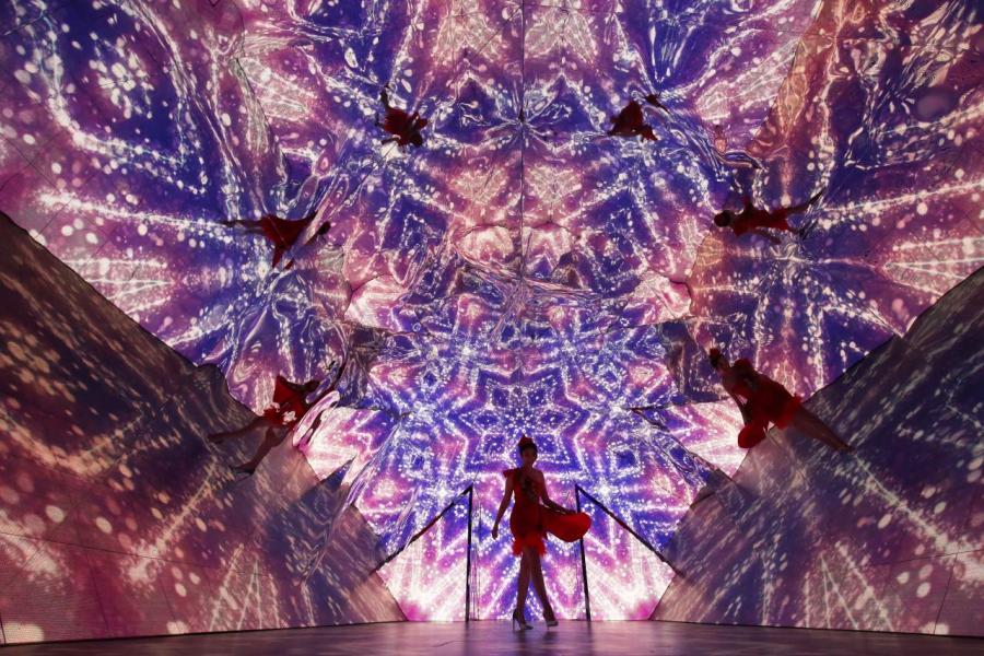 全球最大的三角鏡影像萬花筒,透過萬花筒底部的LED屏幕播放及巨型三角鏡折射,讓大家猶如置身萬花筒內。