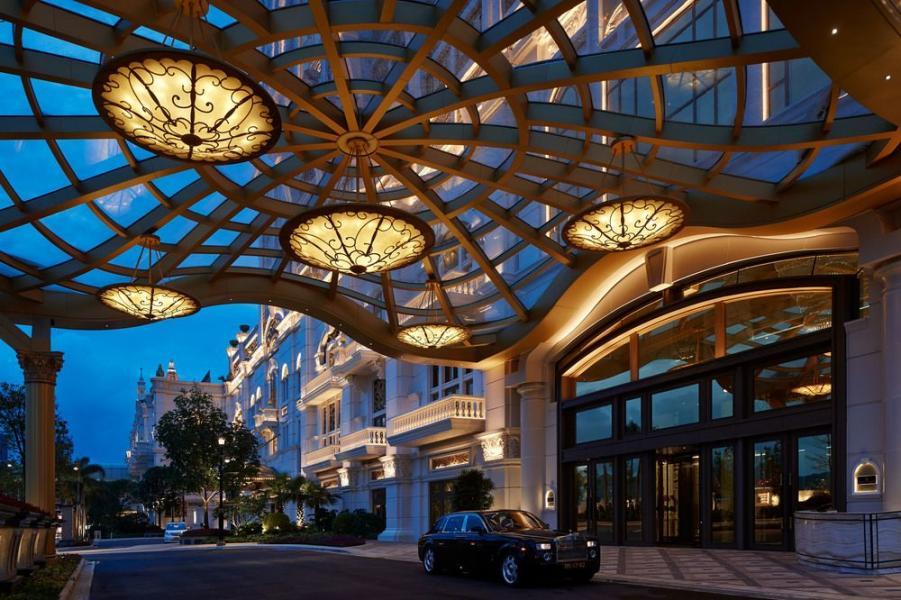 酒店入口處富藝術色彩的裝潢。