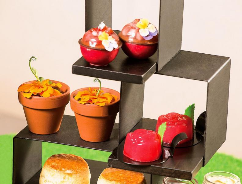 花香甜點包括「Perrier-Jouët香檳果凍配士多啤梨慕絲」、「茉莉花芒果意大利果凍配金盞花朱古力」、「玫瑰花土耳其軟糖」。