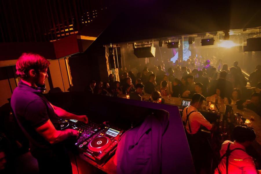 炫目的燈光配合強勁的音樂節拍,為舞池中的男男女女締造了最佳的clubbing氣氛。