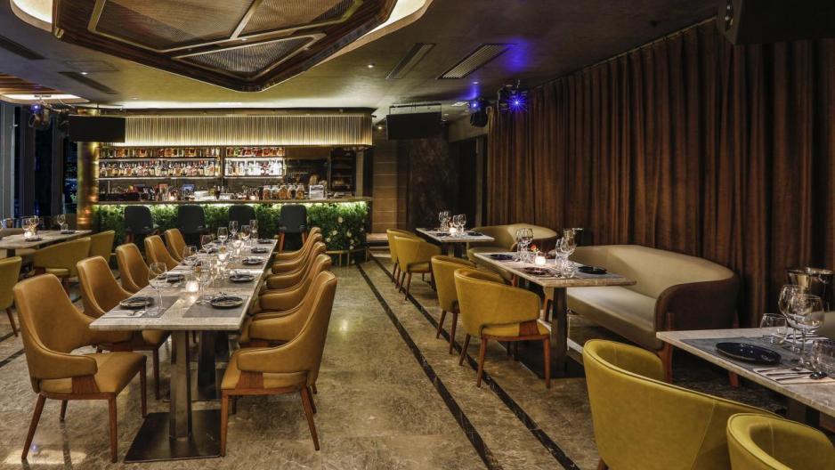 位於2樓的餐廳,裝潢以金色為主調,配合落地玻璃窗及吧枱,營造出優雅的氛圍。